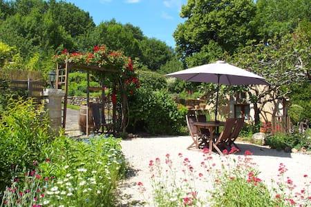 Gîte au calme, jardinet privé et piscine commune