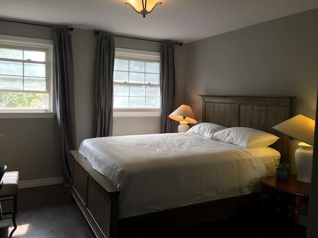 Woodside Queen bed room with private washroom