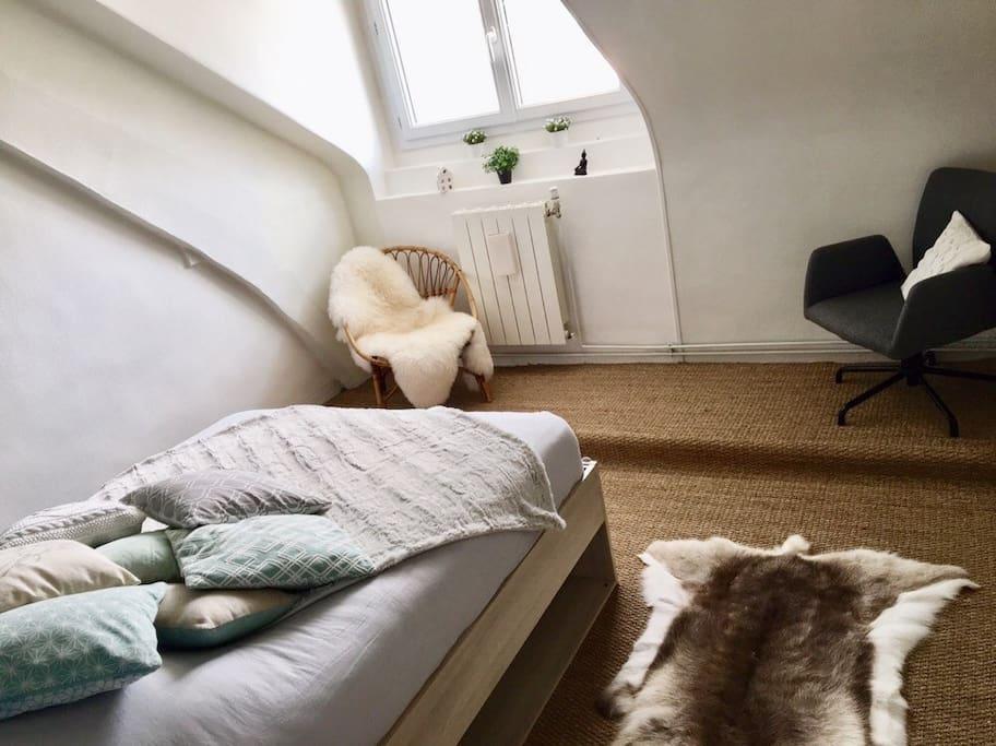 Chambre avec un lit de 140 équipé d'un très bon matelas haut de gamme