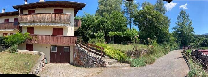 Casa con ampio giardino e vista panoramica