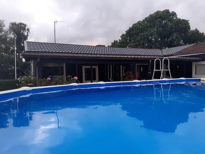 Stor pool og 3 værelser. 1000 m. til stranden.