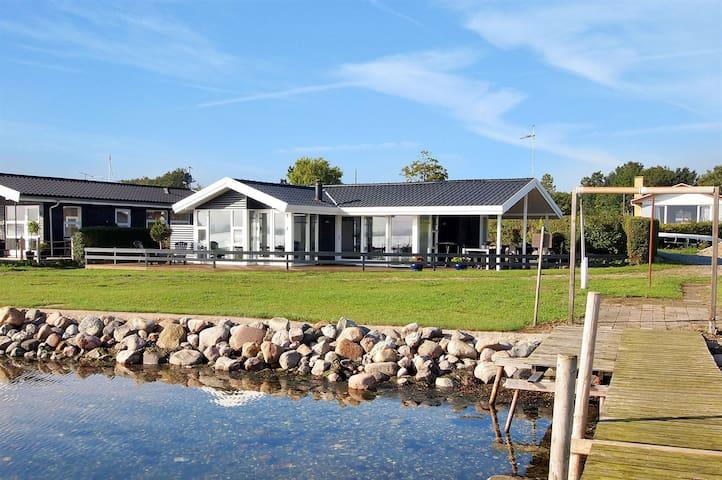 Eksklusivt sommerhus beliggende i vandkanten
