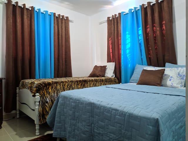 Habitación dos camas aire acondicionado y abanico de techo