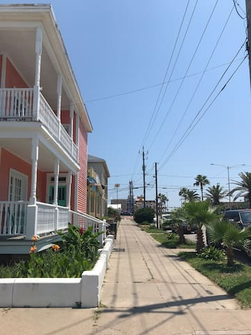 Bikini Bottom Bungalow!  Sleeps 2, 1 block to Pier