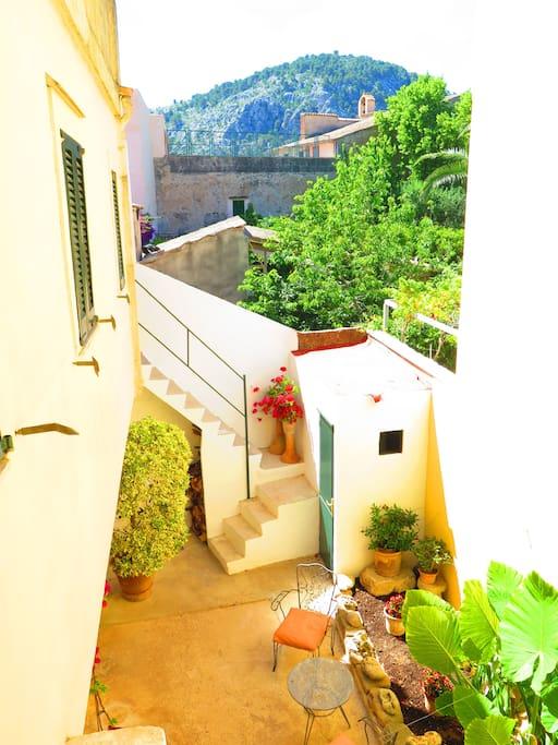 Encantador patio mallorquín / Charming mallorcan patio for long summer days