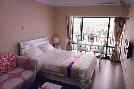 清新舒适大床房,近双龙、南联双地铁口、平冈中学对面、毗邻龙岗老街,交通便利、光线好,可做饭,有阳台 - Shenzhen - Lägenhet