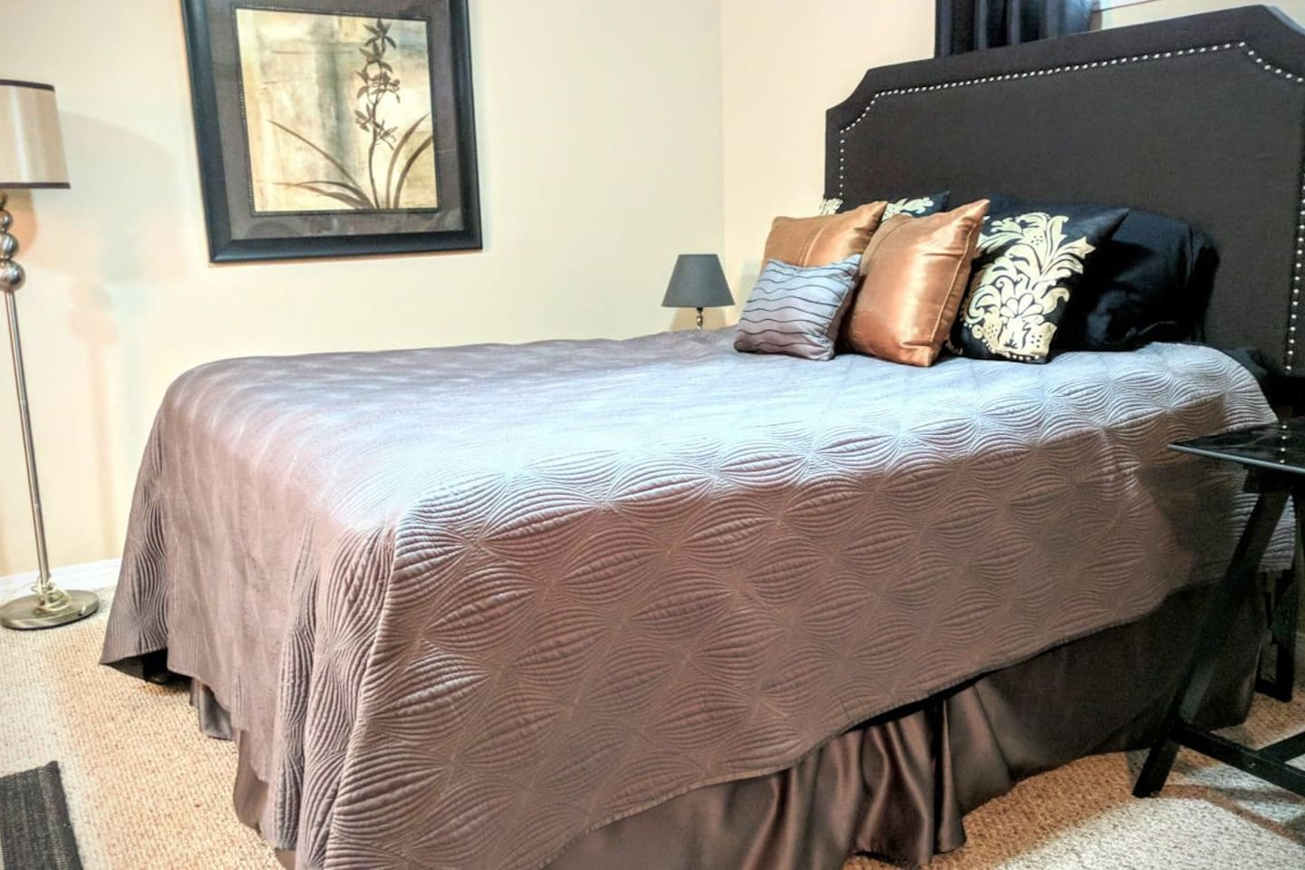 Oversized comfy queen bed with luxurious linens