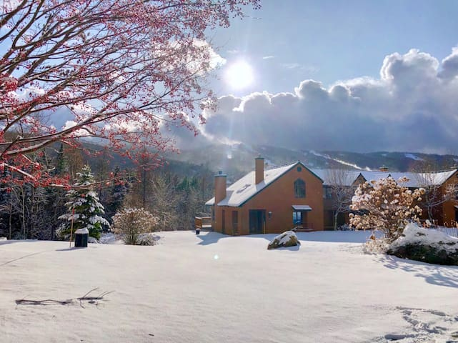 MWP62: Mount Washington Place Townhome with great slope views, fireplace, large deck with grill, yard, and ping pong table! Free shuttle to skiing and Mount Washington Hotel. SPECIAL RATES! LONG STAYS WELCOME!