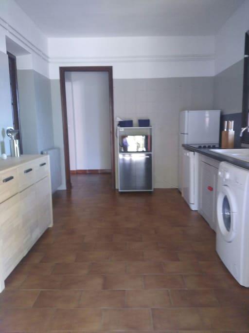 Grande cuisine aménagée four combiné, lave linge, lave vaisselle, réfrigérateur congélateur, cafetière, plaque vitro. Accès direct terrasse