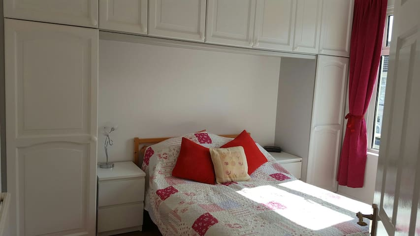 Luxurious double bedroom with use of shower room - Portsmouth - Dům