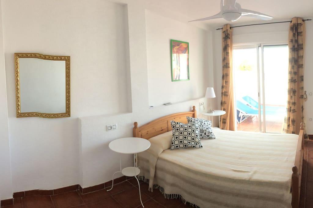 Dormitorio principal , tiene una cama supletoria debajo para niños.ventilador de techo y aacc terraza solárium