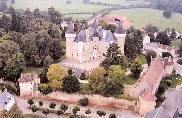UN CHÂTEAU EN BERRY CHARGE D'HISTOIRE ET LEGENDES - Saint-Chartier - Slott