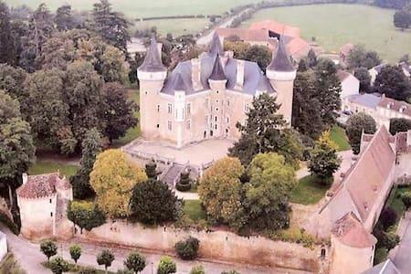 UN CHÂTEAU EN BERRY CHARGE D'HISTOIRE ET LEGENDES - Saint-Chartier - Castelo