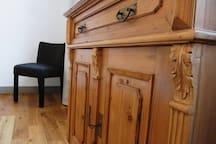 Hochwertige alte Möbel und Eichendielen