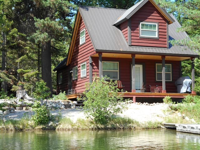 Historic Priest Lake Family Cabin on calm water
