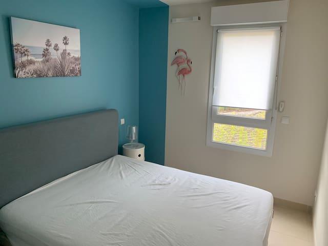 Chambre 1 lit double climatisée réglage individuel, placard, wifi