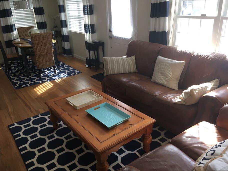 Family room w/ CATV, full size dining table.