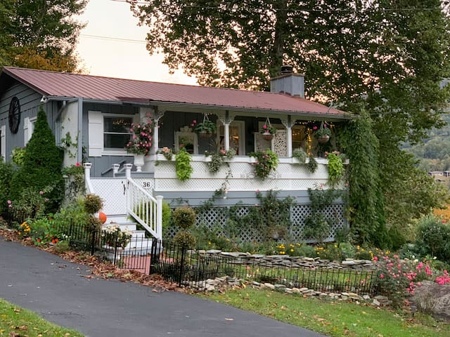 Brookside Cottage - Creek, Mountain Views, Gardens