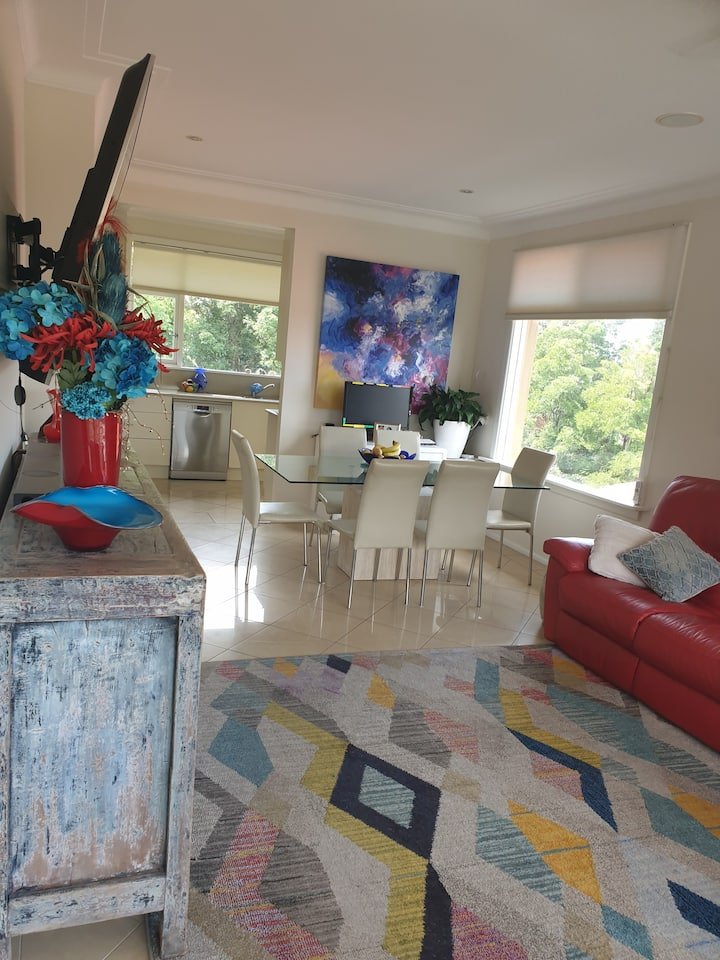 Beautiful tranquil home with beach and Uni nearby