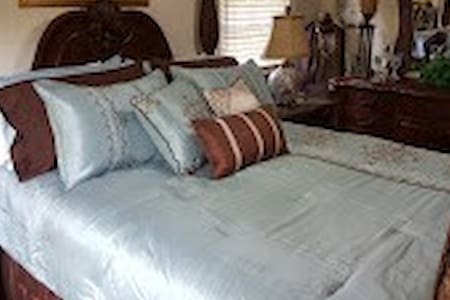 Le Bleu Bed Room, 5 min off I-95, near downtown - Dunn - Hus