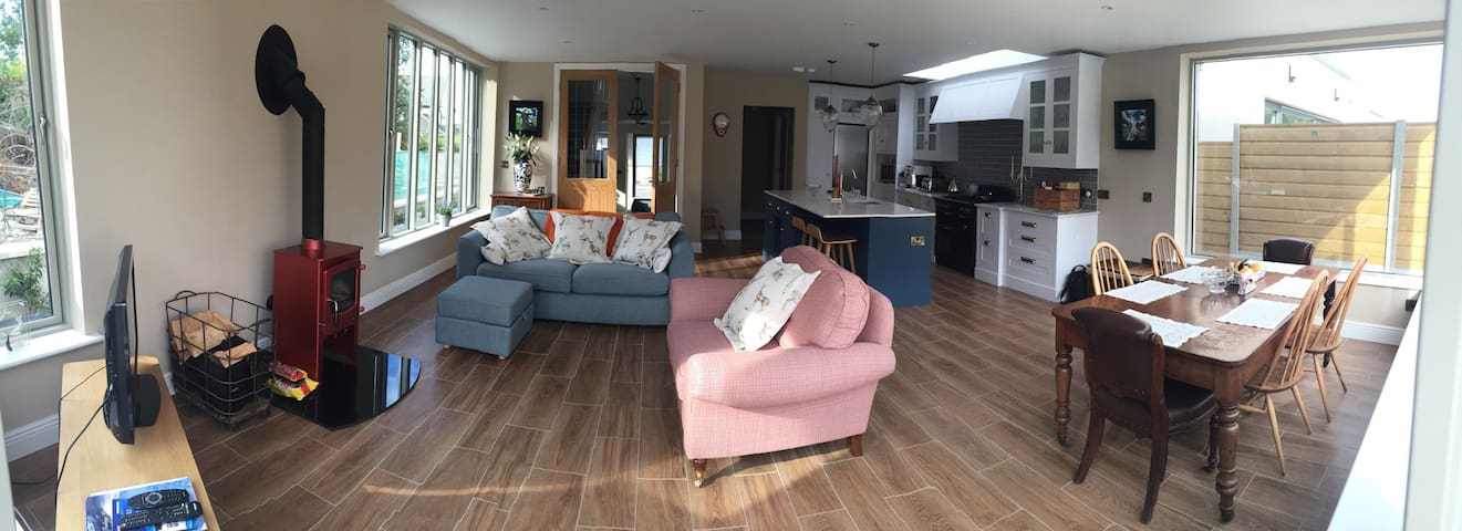 Contemporary New Home, Tram to City Centre 13 mins - Dundrum - Casa