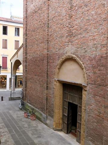 La vista dal balconcino. La via in cui si trova la casa.