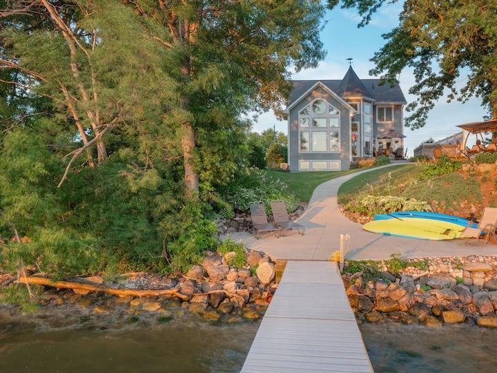 Lake Winnebago Family Retreat with hot tub!