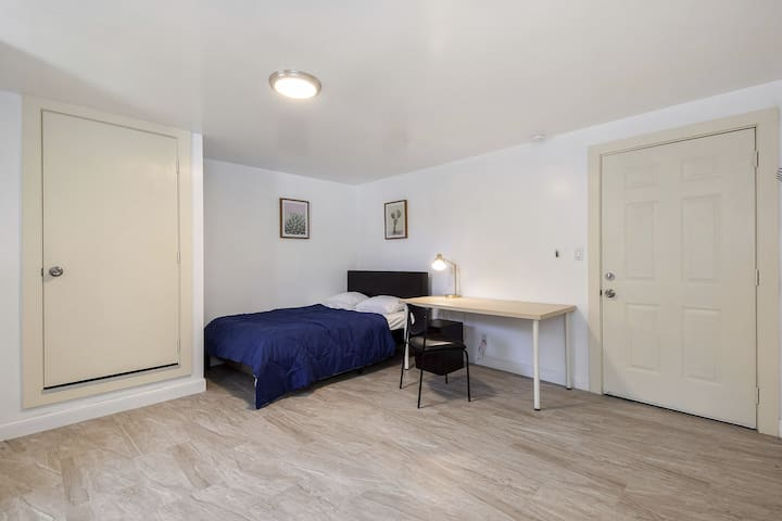Private studio room/full bed/Lakeview