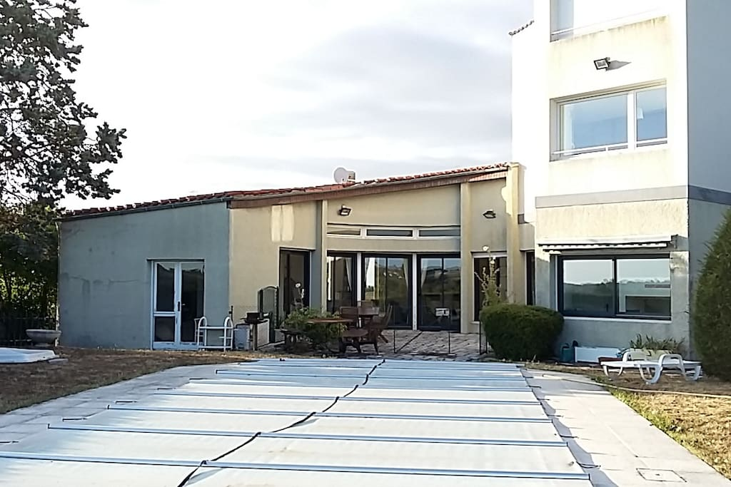 Photo de la maison et de la piscine (ici avec sa couverture car non chauffée)