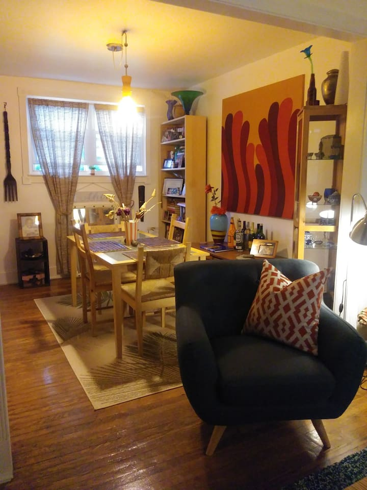 Cozy Dining Room Seats 4!
