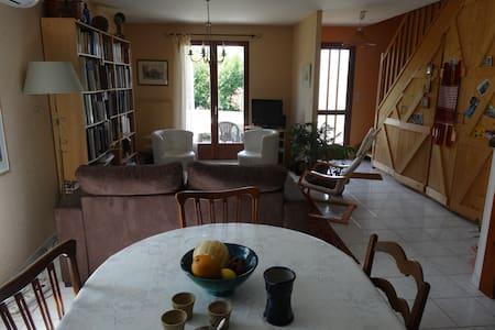 Chambre confortable dans une maison entourée de jardin - Lavernay