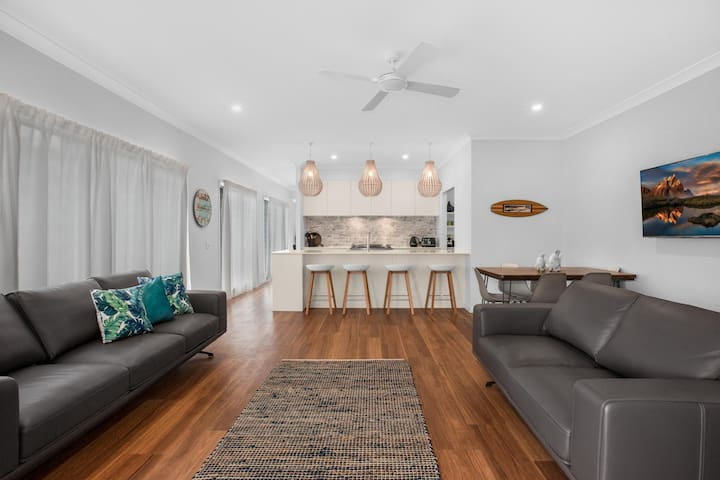 Three-Bed Family Entertainer Near Beach and Cafes