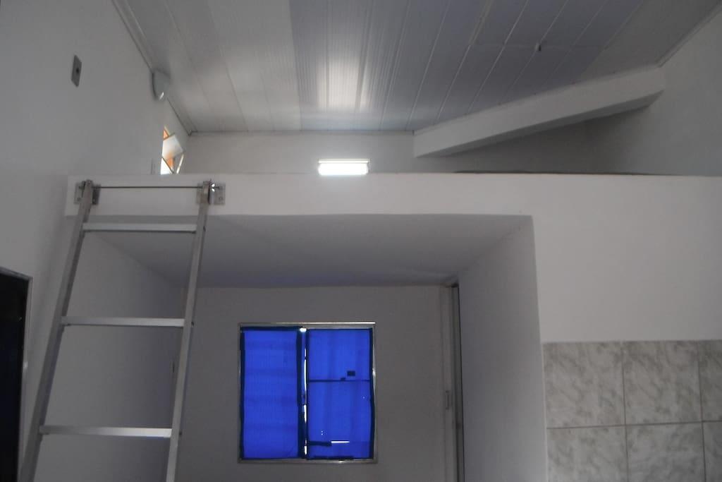visão do mesanino, acesso ao dormitório pela escada
