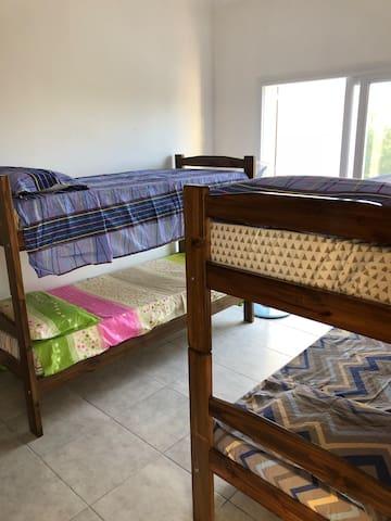 Dos camas cuchetas con aire acondicionado