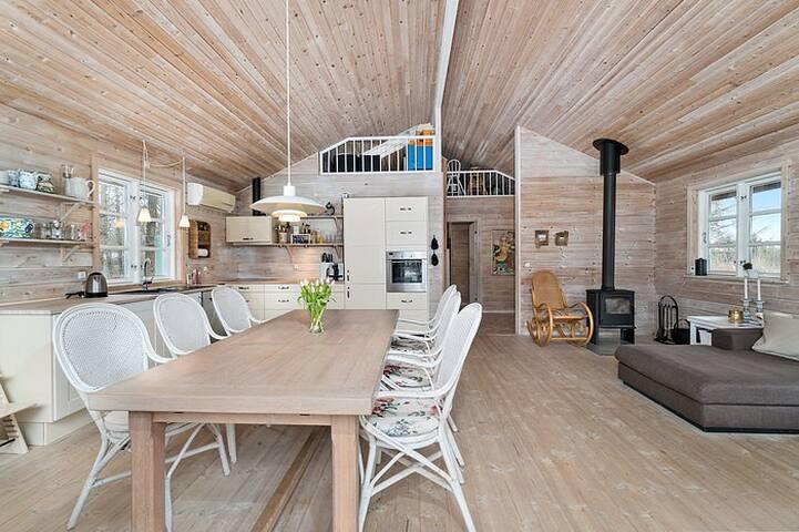 Stor, lys og højloftet køkken/spisestue/stue.