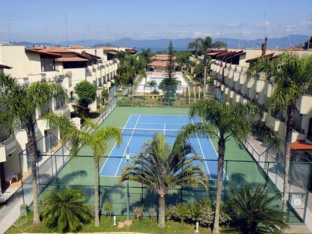 vista aérea do belo condomínio e quadra de tênis