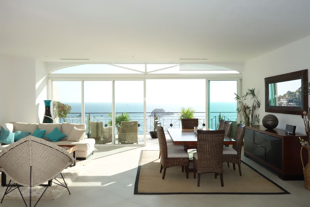 Amazing living room with a ocean view / Increíble estancia con vista al mar.