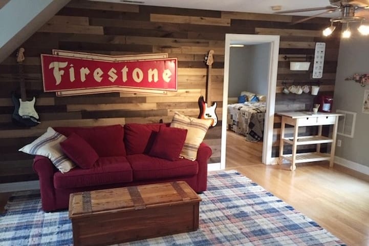 N.C. Themed Guest Suite in Central Neighborhood
