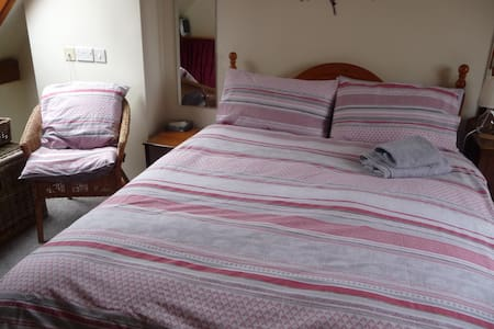 Lovely quiet ensuite double room, parking, wifi.