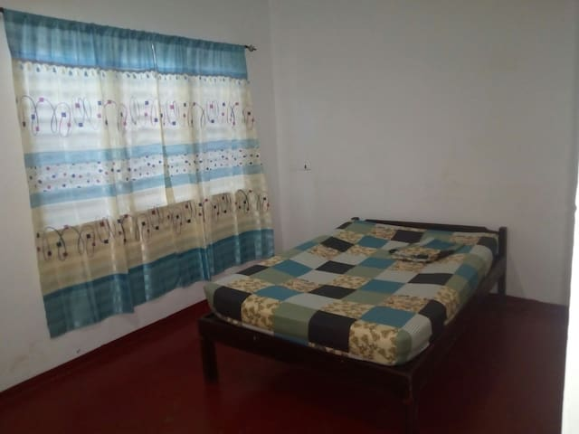 Large double bedroom for only 350 php per night - Dauin - Huoneisto
