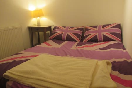 Cosy bedroom with own bathroom near beach and town - Worthing - Apartemen
