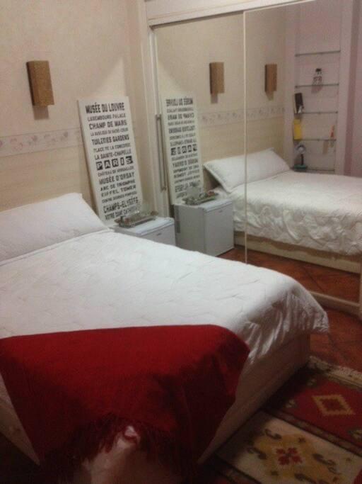 Confortável suite com ar condicionado, TV a cabo e banheiro completo com hidromassagem.