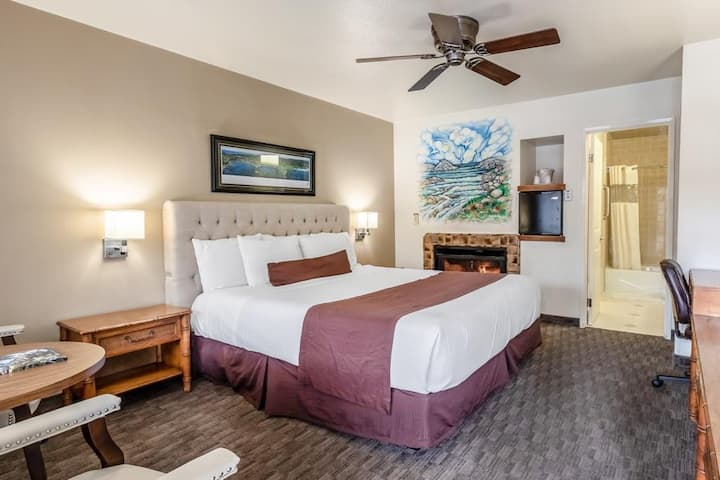 Monterey ! 1 king Bed w/Hot Tub !!