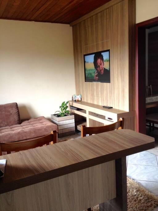Sala com sofá confortável, tapete e TV