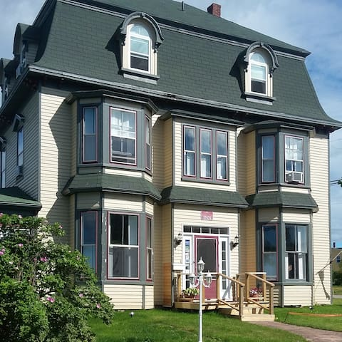 Historic Seven Bedroom Inn by the ocean. - Souris - Huis
