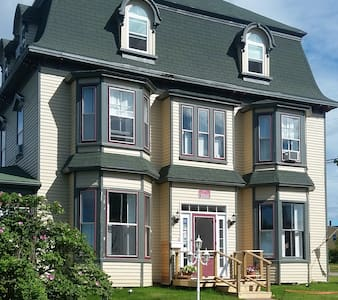 Historic Seven Bedroom Inn by the ocean. - Souris - Hus