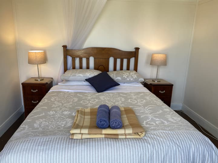 Seacroft Room 5 - Queen bed - GREAT LOCATION