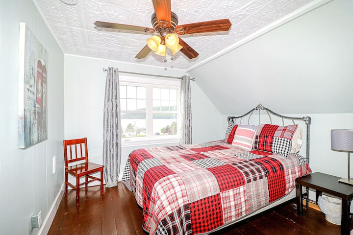 Second Bedroom (Queen Bed)