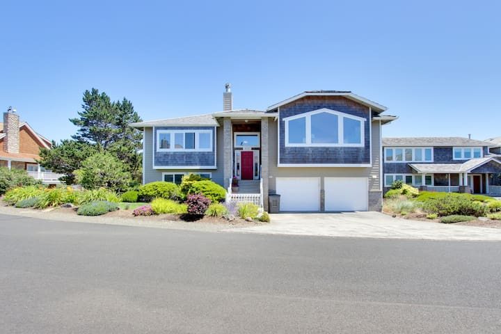 Modern home w/ ocean views, access to private hot tub & tennis courts, dogs ok!
