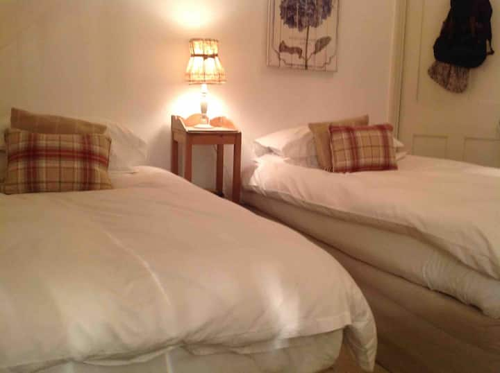 Private Twin Room in ideal location - Ilkley